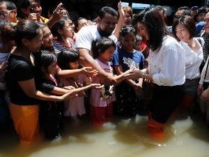 Yingluck Shinawatra PM Cantik yg hot Pilih Urus Banjir daripada Malaysia